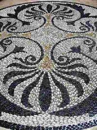 Как украсить садовый участок мозаикой из натурального камня